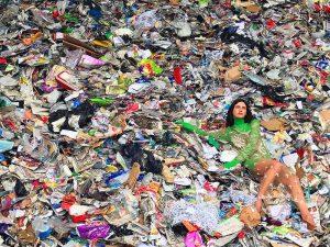 Tạo ra Fashion Waste - quần áo cũ k được sử dụng lại, thải ra môi trường gây ô nhiễm